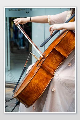 音樂家演奏大提琴,優美的動作和優雅的攝影 攝影圖 模板 JPG