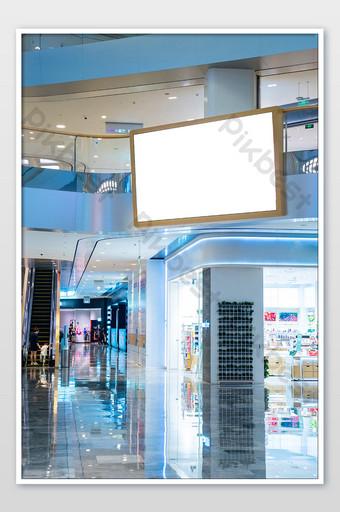 صورة لمساحة إعلانية فارغة على شاشة LED في مركز تسوق التصوير قالب JPG