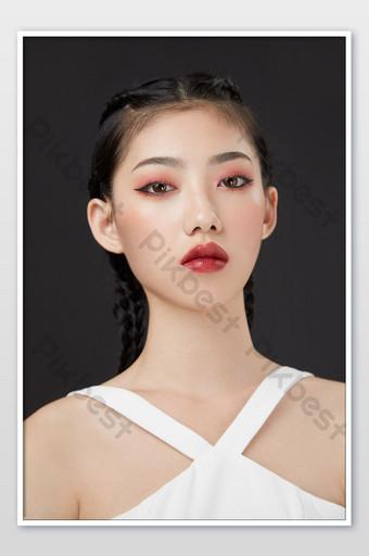 Combattre la tresse cool fille beauté maquillage magazine couverture affiche fond noir La photographie Modèle JPG