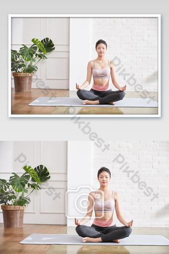 اليوغا لياقة بيلاتيس المرأة ممارسة بسيطة صور الموقف التصوير قالب JPG