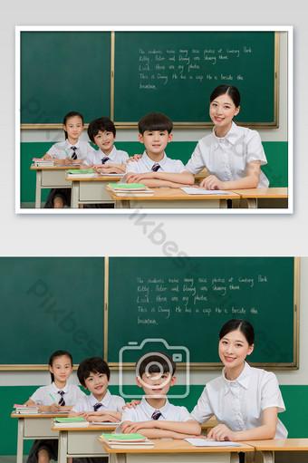 يرشد مدرس الفصل الدراسي الطلاب للتعلم بالنظر إلى المستقبل التصوير قالب JPG