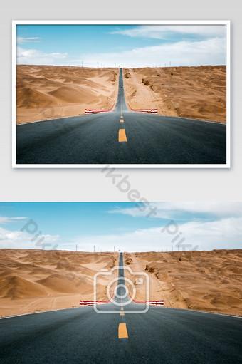 cielo azul y carretera del desierto de gobi espectacular viaje en coche Fotografía Modelo JPG