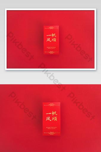 المغلف الأحمر مع خلفية حمراء سلس رسالة دعوة الإبحار اللوازم المكتبية بالحجم الطبيعي قالب PSD