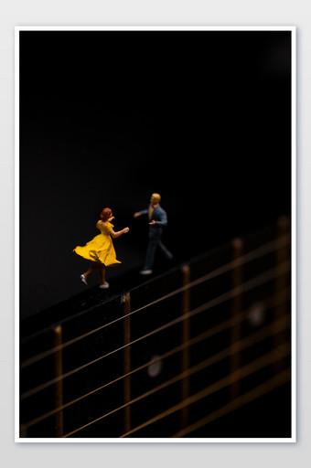 الإبداعية ملصق صورة الغيتار على خلفية سوداء التصوير قالب JPG