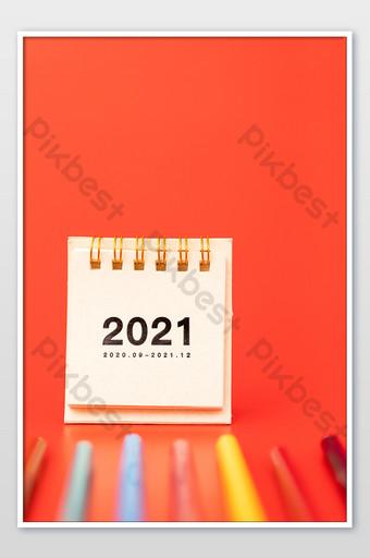 Thème rouge 2021 carte de fond créatif de petit bureau calendrier La photographie Modèle JPG