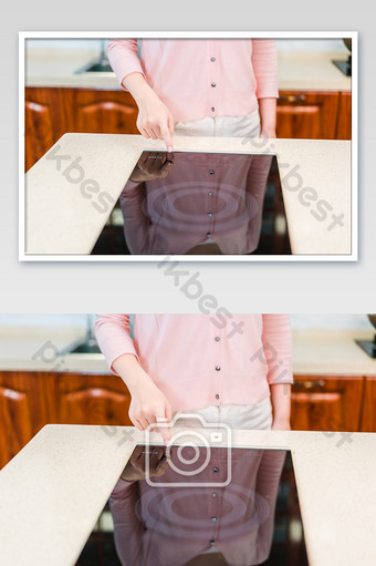 تشير يد شابة الحد الأدنى إلى صورة التصوير الفوتوغرافي للطباخ التعريفي التصوير قالب JPG