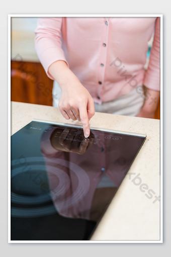 شابة بسيطة نقطة اليد الذكية صورة طباخ التعريفي التصوير التصوير قالب JPG