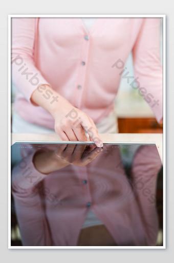 شابة بسيطة الجبهة نقطة اليد التعريفي طباخ التصوير الفوتوغرافي الصورة التصوير قالب JPG