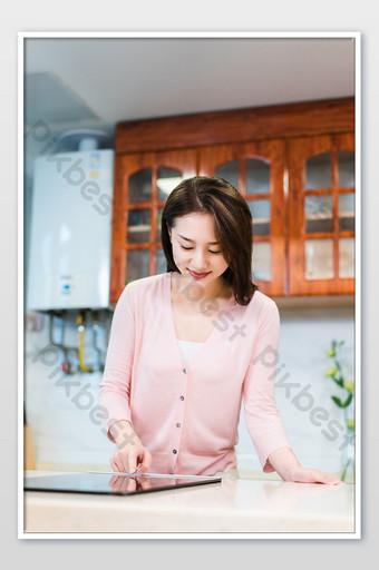 بسيطة وجميلة شابة نقطة اليد التعريفي طباخ التصوير الفوتوغرافي الصورة التصوير قالب JPG